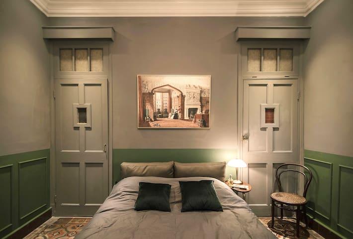 卧室的布局十分简洁,绿灰搭配的沉着色调。这里的色调比客厅暗一些,非常适合休息。  The layout of the bedroom is very simple, with a calm shade of green and grey. The color here is darker than the living room, perfect for rest.