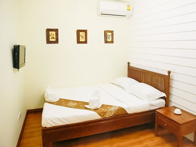 TiniKati Hostel,Private Room, Shared Bath (2B)