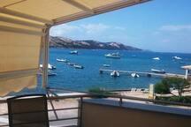 Pogled na cafe bar Zyala i mol sa privezanim brodicama na bovi