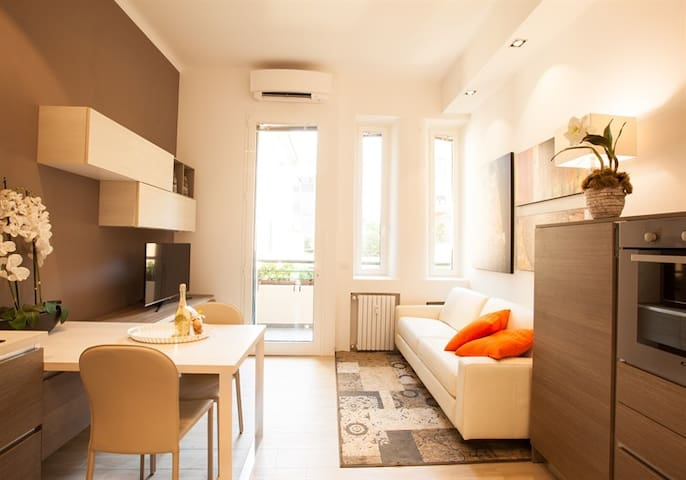 Living Room/Kitchen: full kitchen, sofa bed,  dining table, smart TV, air conditioning.  Salotto/Cucina: cucina completa, divano letto, smart TV, aria condizionata (A/C).