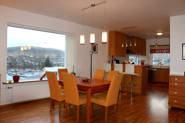 Spacious apartment with spectacular view - Mosfellsbær - Apartamento