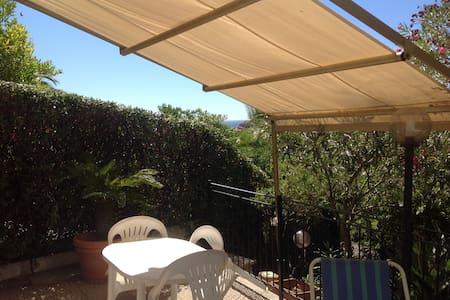 Alloggio soleggiato con ampia terrazza e giardino - Lägenhet