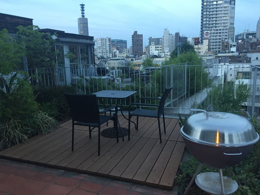 Quiet rooftop oasis. Spacious garden with a view.