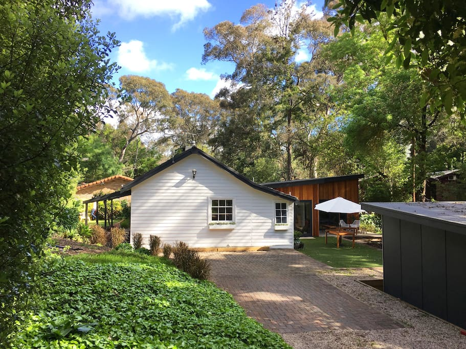 Set amongst the trees of the Adelaide Hills only 400 m from the train station to the city.
