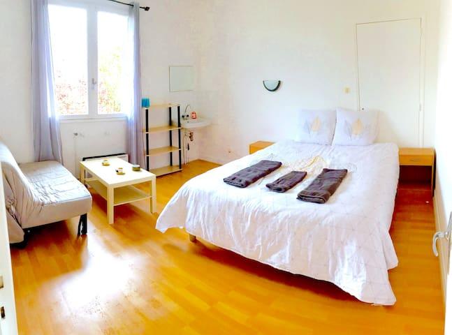 Chambre 3 de 2 à 4 personnes avec un lit double et un canapé lit double, une table basse pour prendre le petit-déjeuner.
