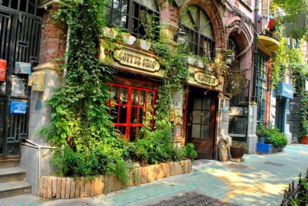 楼下步行街咖啡店