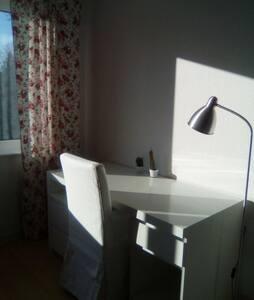 Schöne Wohnung(Bad&Küche seperat)mit Strandnähe - Kiel - Apartment