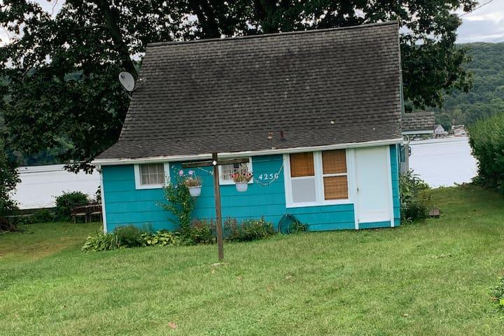 """""""Windwood Shores Cottage"""" on Waneta Lake"""