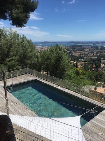 Belle villa contemporaine vue mer .