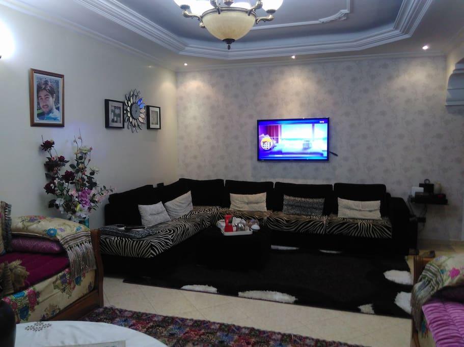 Salon moderne devant salon marocain