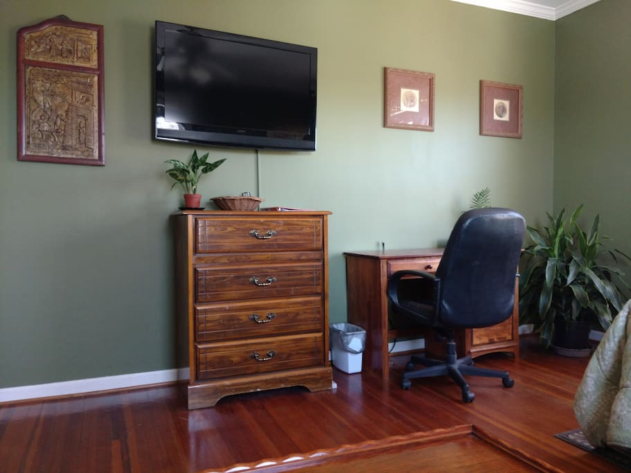 TV with Chromecast and HDMI connections. Work desk. Free WiFi.