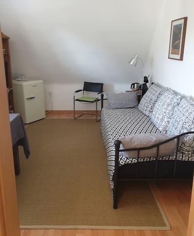 Im Wohnzimmer für die Gäste ist eine gemütliche Schlafcouch als weitere Schlafmöglichkeit vorhanden.