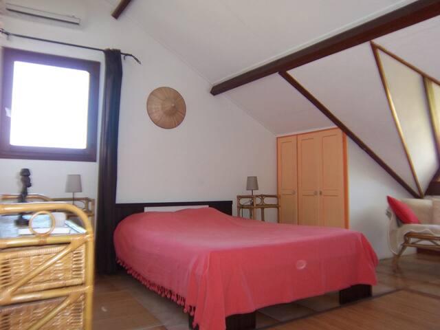 chambre familiale :1lit 2 P 1lit 1P 1lit BB mobilier en rotin