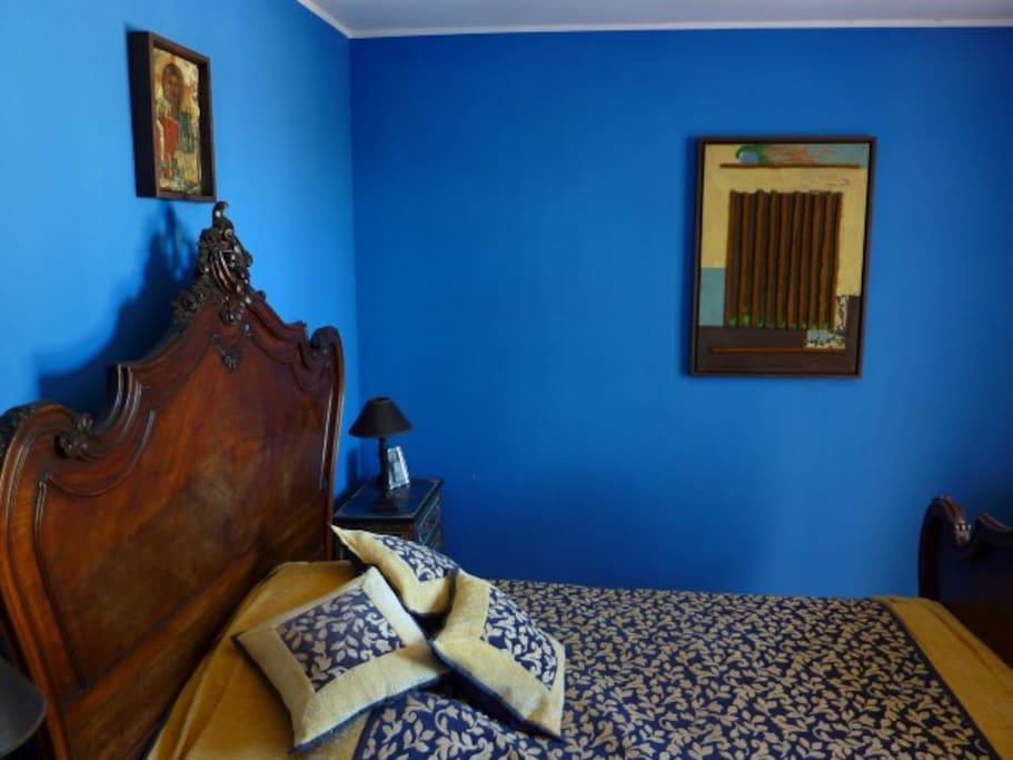 Zimmer mit französischem Bett und eigener Terasse mit Meerblick