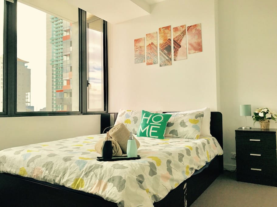 Queen size bed with city view