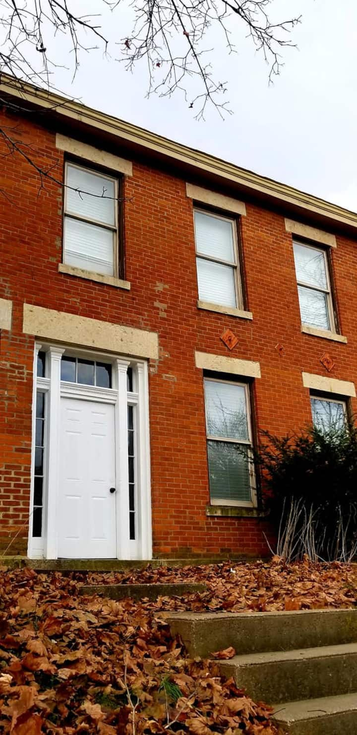 Historic rowhouse walking distance to Main Street