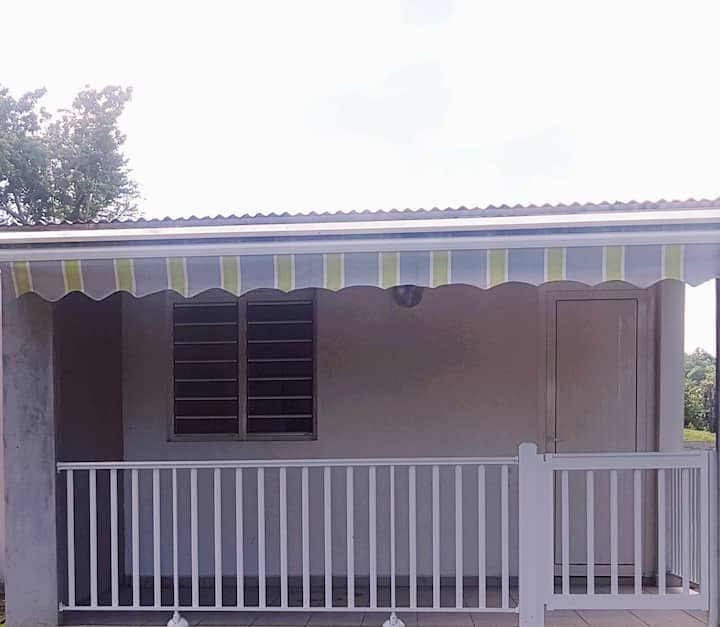 Maison dans un jardin tropical