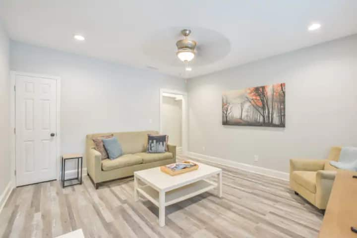 Cozy, Modern Apartment minutes from Downtown
