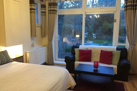 Sunny, Garden Double Room Centrally located - London - Apartment