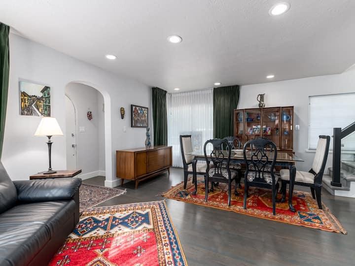 Art Deco home, with Original Art-Clean Quiet-Comfy