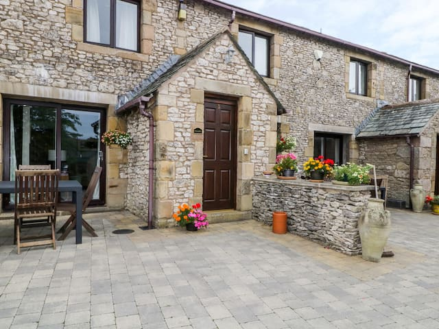 WELLGARTH COTTAGE, family friendly, with a garden in Newby, Ref 29450