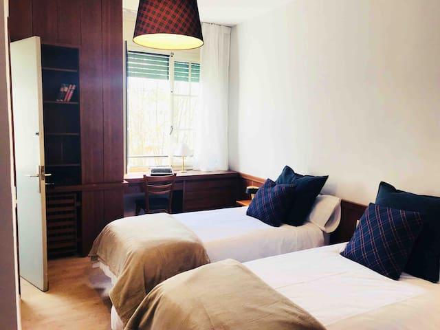 Dormitorio estilo inglés con doble cama y baño interior