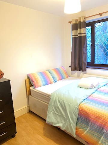 Cosy Double Room- 20 Min to City of London