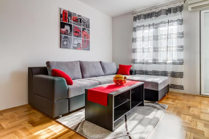 Sunny Bay Apartment (Red)