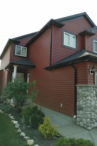 2LEVEL 3BEDROOMS 2LIVING ROOMS 2.5BATH HOUSE IN NE