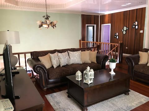 Comfy Executive Home - Short & Long Term Rental