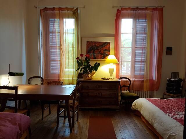 chambre bureau proche sncf centre c t rue appartements louer moulins auvergne rh ne. Black Bedroom Furniture Sets. Home Design Ideas