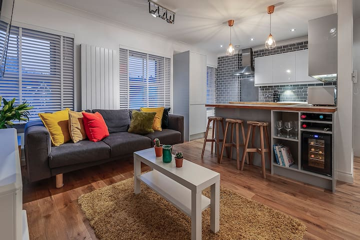 Luxury 3 beds sleeps 5 - 1 minute from the metro