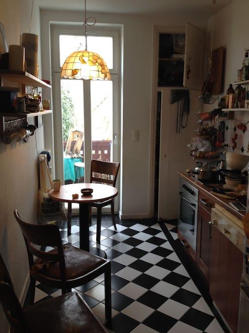 der Balkon hinter der Küchentür