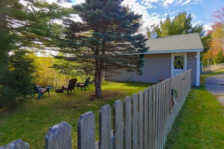 Cozy, dog-friendly cottage w/ deck, free WiFi - near attractions