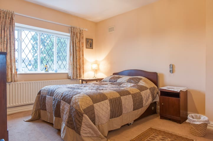 Tastefully Decorated 4 Bed House - Churchtown - House