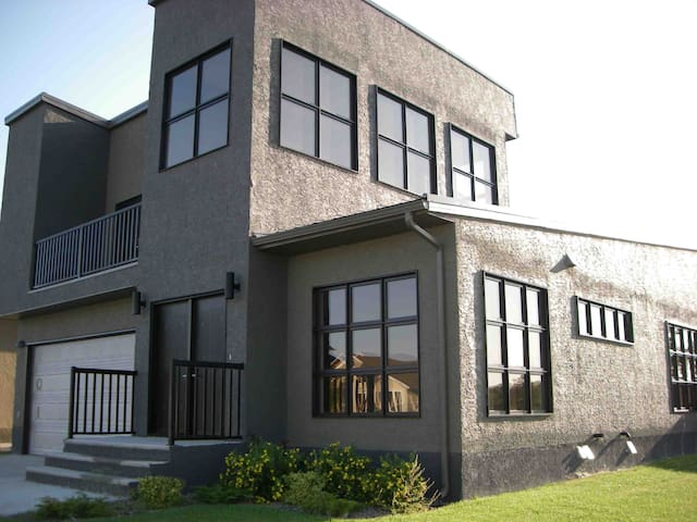 Modern Home located in great area - Brandon - Rumah