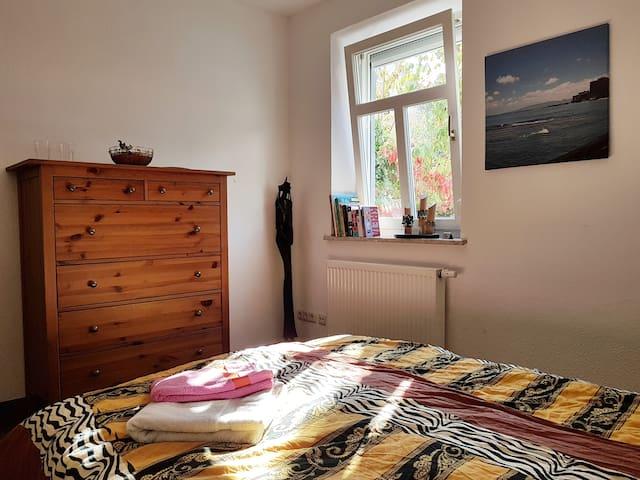 Fenster kann geöffnet oder gekippt werden. Mit Rollo kann das Zimmer komplett abgedunkelt werden. Heizung funktioniert tadellos.  Window can be opened or tilted. With rollo the room can be completely darkened. Heating works perfectly.