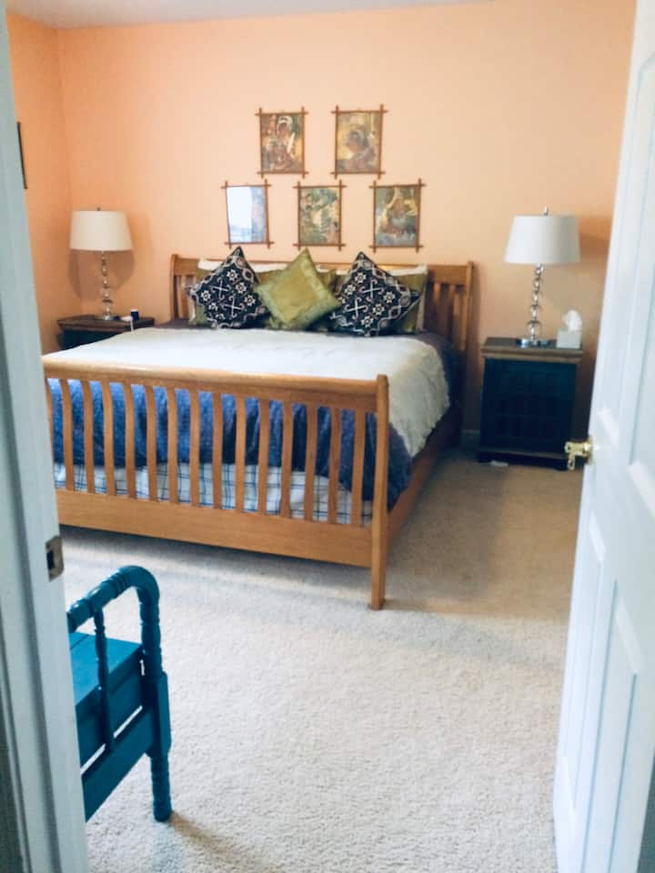 Quiet and Large Guest Suite with King Size Bed
