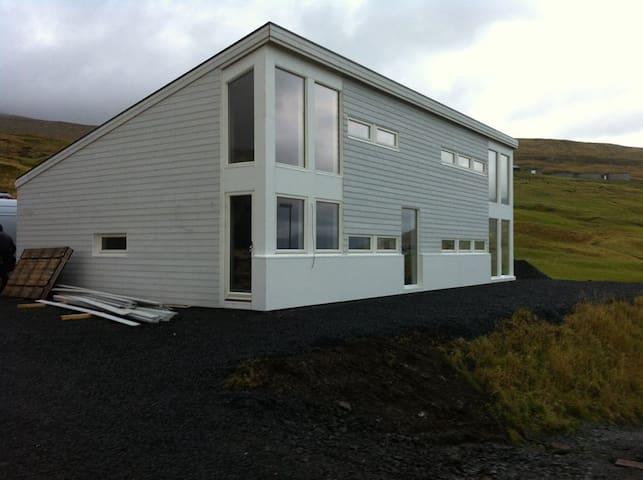 Huset med flot solopgang. - Miðvágur - Rumah