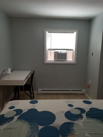Private Room in a Renovated space. 20mins to city
