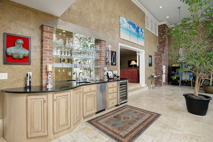 ★Luxury Home w/ Rooftop Patio★Walk to Plaza + Park