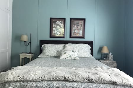 Restful queen room # 1 - Clover - Bed & Breakfast
