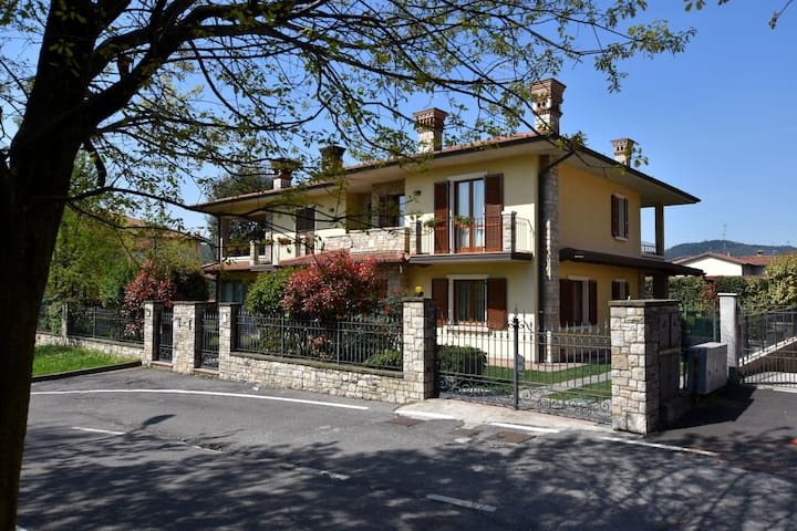 Luxurious Villa in Lombardy with Garden and Jacuzzi