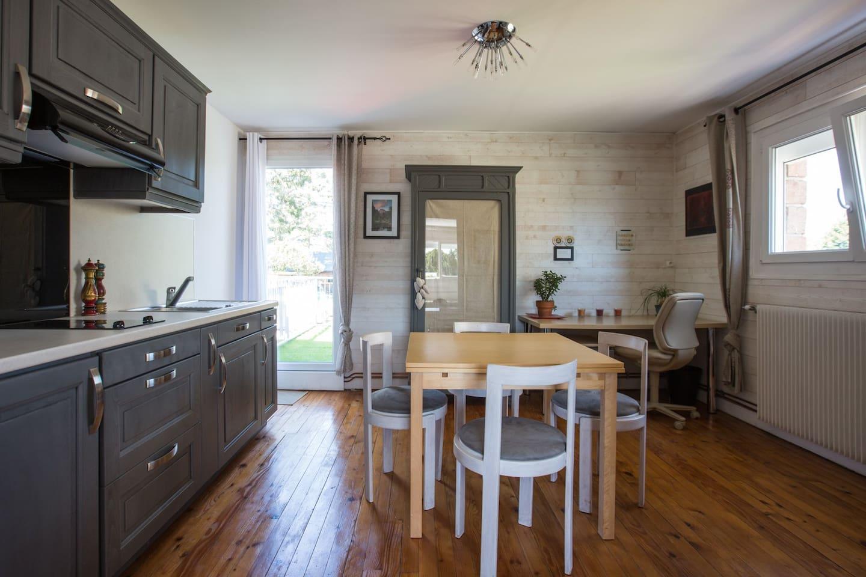 Cuisine, salle à manger et espace de travail