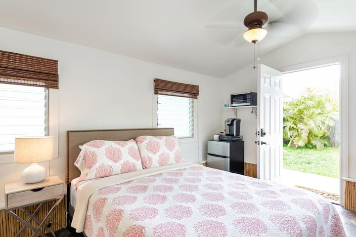 Kailua Cottage with AC, walk to the beach!