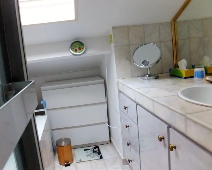 Salle de bains avec baignoire et douche Bathroom with bath and shower