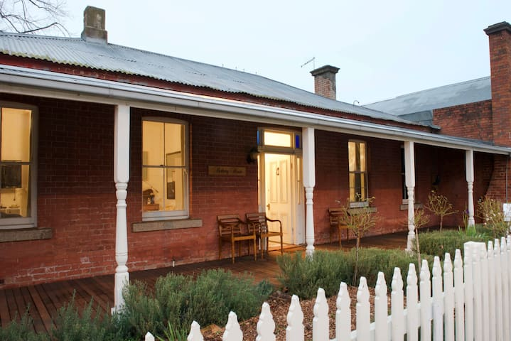 Rothery House c 1850 - CBD Location - Myrtleford - 獨棟