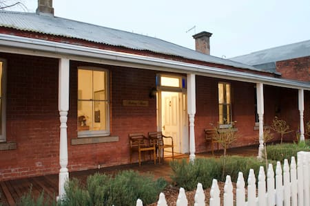 Rothery House c 1850 - CBD Location - Myrtleford - Huis