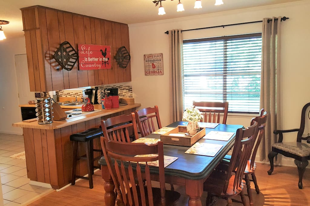 Spacious Dining Room, Sets 6 Adults Comfortably at Table