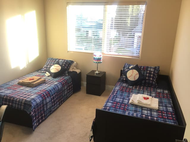 2 twin bed shared bath - Lawndale - Ház